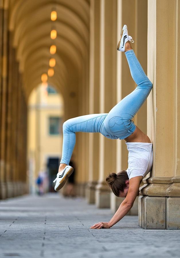 Mit den richtigen Übungen kann jeder Handstand lernen.