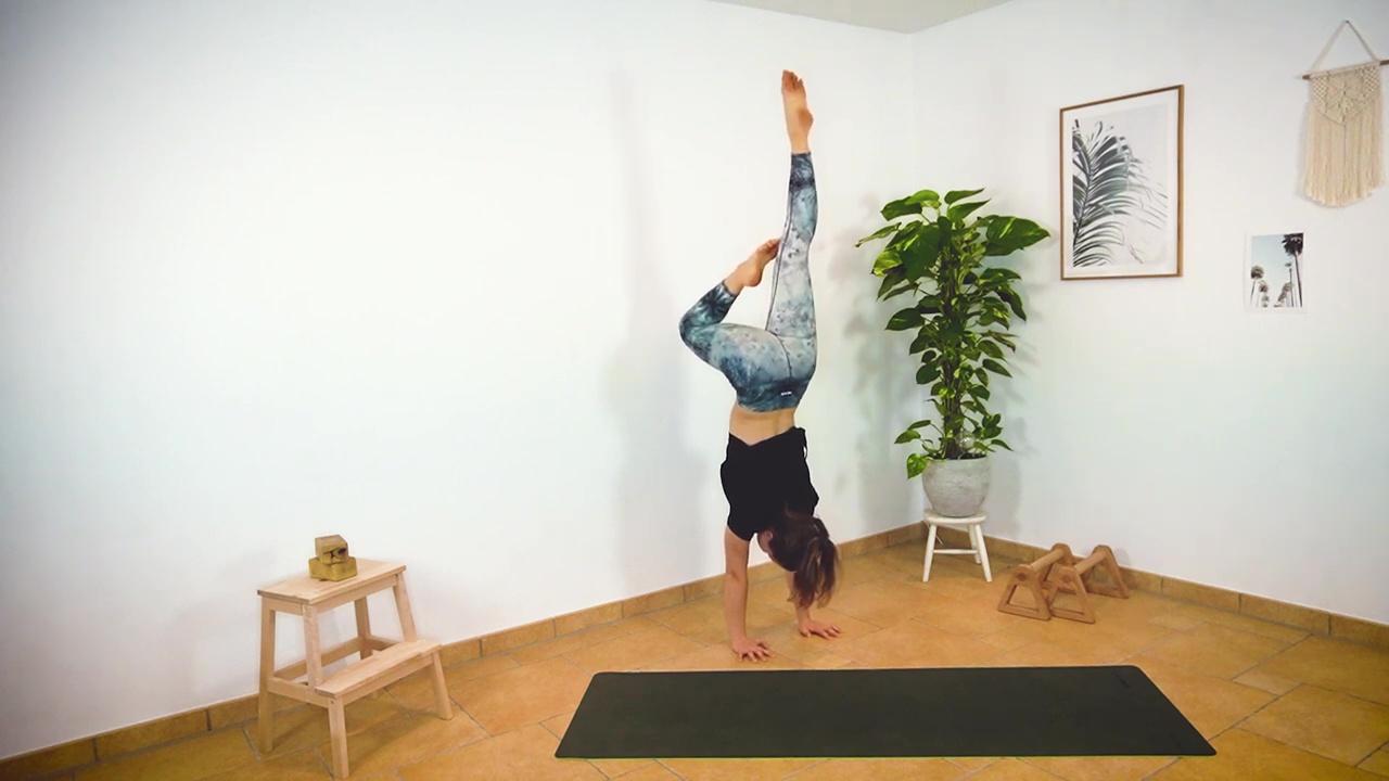 Die Half Tuck Position kann auch mithilfe der Walltaps geübt werden. Dabei wird ein Bein an den Körper herangezogen, damit das Knie an der Wand abgestützt werden kann.